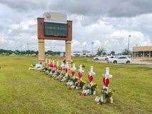 Santa Fe, Texas May 2ø 2018: Cruzes memoráveis estabelecidas fora de Santa Fe High School Foto de Stock