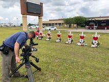 Santa Fe, Texas May 2ø 2018: Cruzes memoráveis estabelecidas fora de Santa Fe High School Fotos de Stock Royalty Free