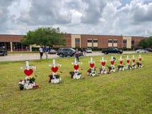 Santa Fe, Texas May 2ø 2018: Cruzes memoráveis estabelecidas fora de Santa Fe High School Imagens de Stock Royalty Free