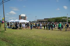 Santa Fe Texas, USA, May 29th 2018: Studenter rymmer minnesgudstjänst, innan de går tillbaka tillbaka till skolan Fotografering för Bildbyråer