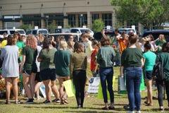 Santa Fe Texas, USA, May 29th 2018: Studenter rymmer minnesgudstjänst, innan de går tillbaka tillbaka till skolan Royaltyfria Foton
