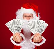 Santa feliz que guarda dólares Imagem de Stock