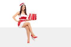 Santa femelle tenant une pile de présents Photos stock