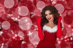 Santa flicka bags den santa kvinnan lycklig model stående Royaltyfri Bild