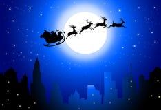 Santa Flying auf Nachtstadt - Vektor Lizenzfreie Stockfotos