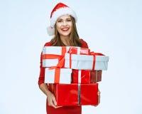 Santa Girl en presentes rojos de la tenencia imágenes de archivo libres de regalías