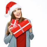 Santa Girl feliz que sostiene la caja de regalo Retrato de la Navidad de jóvenes imagenes de archivo