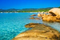 Santa Giulia-strand met azuurblauw duidelijk water, Corsica, Frankrijk stock afbeelding