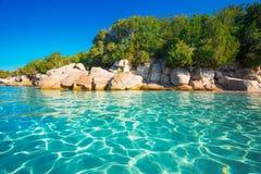Santa Giulia-strand met azuurblauw duidelijk water, Corsica, Frankrijk royalty-vrije stock afbeelding