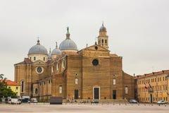 Santa Giustina kyrka och fyrkant för Prato dellaValle marknad Padova Fotografering för Bildbyråer