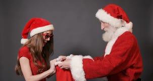 Santa Gives Bags med gåvor till flickan stock video