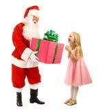 Santa Gives en gåva till en lycklig liten flicka arkivfoto