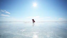 Santa Goes Into avståndet stock video