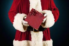 Santa: Guardando um presente envolvido Fotos de Stock Royalty Free