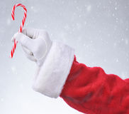Santa Hanging Candy Cane Snowy bakgrund Royaltyfria Bilder