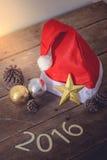 Santa Hat And Christmas Decoration roja, bola de la Navidad Texto 201 Foto de archivo