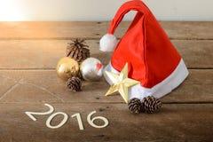 Santa Hat And Christmas Decoration roja, bola de la Navidad Texto 201 Imagenes de archivo