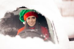 Santa Hat Christmas Girl Driving para entregar presentes imagenes de archivo