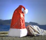 Santa Hat durch das Meer Stockbild