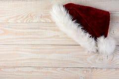 Santa Hat en la superficie de madera Foto de archivo libre de regalías