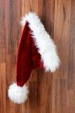Santa Hat Hanging op een Muur Stock Foto