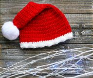 Santa Hat mit mit Niederlassungen und Lichtern lizenzfreie stockfotos