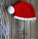 Santa Hat mit weißen Baumasten und Lichtern zur rechten Seite stockbilder