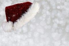 Santa Hat på Wood yttersida arkivbilder