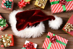 Santa Hat und Geschenke Lizenzfreies Stockbild
