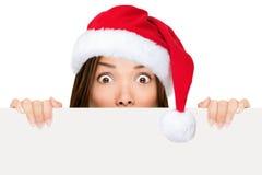 Santa hattkvinna som visar jultecknet Royaltyfri Fotografi