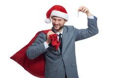 Santa heureuse montrant la clé de la maison ou de la voiture Photos libres de droits