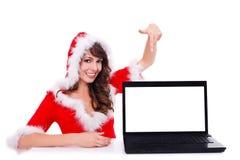 Santa hjälpreda med henne bärbar dator Royaltyfri Foto