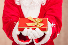 Santa Hold eine Geschenkbox Stockbild