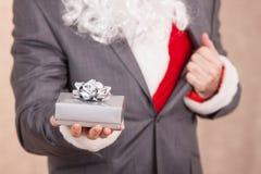 Santa Hold una caja de regalo Foto de archivo libre de regalías