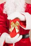 Santa Hold una caja de regalo foto de archivo