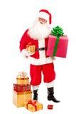 Santa Holding Christmas Present en sus manos en un Backgrou blanco Imágenes de archivo libres de regalías