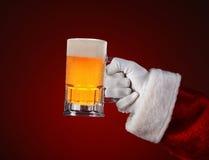 Santa Holding en råna av öl royaltyfri foto