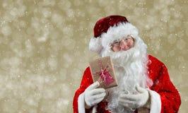 Santa Holding Present Arkivfoton