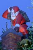 Santa i komin na kramu dachu przy Xmas wprowadzać na rynek czas Zdjęcie Stock