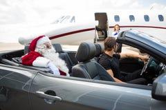 Santa I szofer W kabriolecie Podczas gdy zdjęcie stock