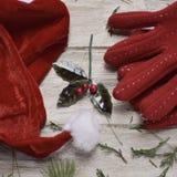 Santa kapelusz, czerwone rękawiczki i holly, Zdjęcia Stock