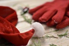 Santa kapelusz, czerwone rękawiczki i holly, Fotografia Royalty Free