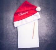 Santa kapelusz i papier, ołówkowy pisze pojęcie obraz stock