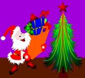 Santa Klaus près des sapins Photo stock