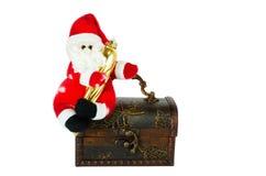 Santa Klaus que se sienta en un pecho anticuario Fotografía de archivo