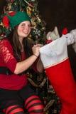 Santa klauzula daje pończosze elf Zdjęcie Stock