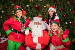 Santa klauzula z elfa pomagiera kobiety bożymi narodzeniami Obraz Stock