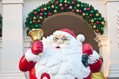 Santa klauzula z złotym dzwonem na ręce Zdjęcie Stock