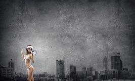 Santa kobieta krzyczy megafonem Fotografia Stock