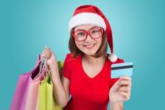 Santa kobiety mienia azjatykci torba na zakupy i kredytowa karta przeciw Obrazy Stock
